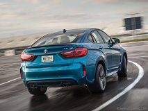 The M-specific Long Beach Metallic Blue paint complements the X6 M's new feature lines and deeper grooves