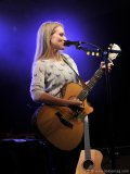 Grammy nominee Jewel performs for a star-struck crowd
