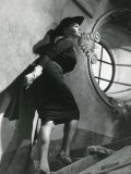 In a fitted dress, Anita Ekberg climbs a winding stairwell in La Dolce Vita. Fondation Jérôme Seydoux-Pathé ©