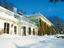 Manoir Hovey's snow-white lakefront exterior in the midst of winter's wonderment.